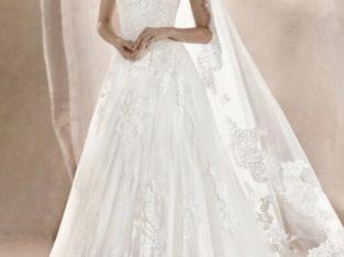 White one brudekjole med den smukkeste blonde