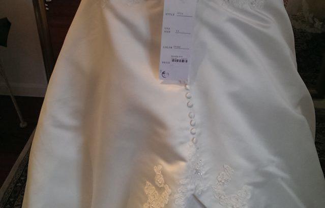 Smuk Sincerity brudekjole, str. m/l i rå hvid. Stå