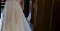 Smuk, lang brudekjole i satin/blonde med slæb og s