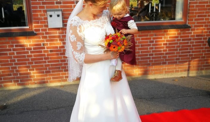 Smuk fransk brudekjole med blonde-overdel