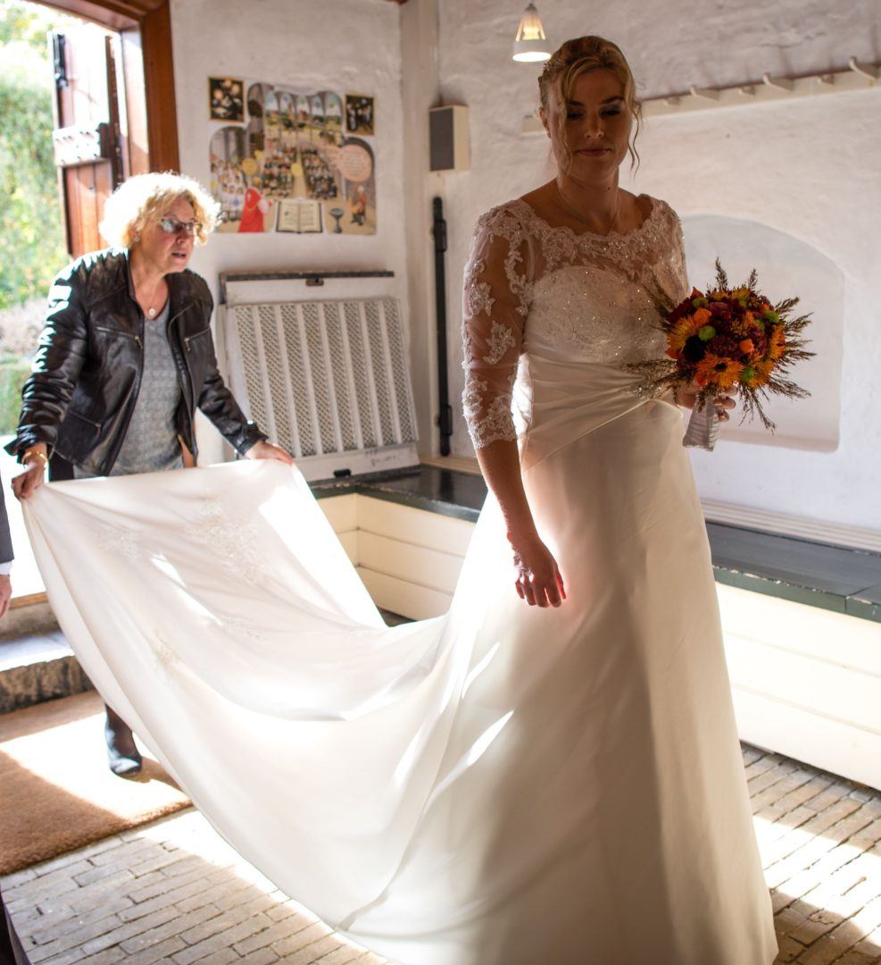f2cb0ae7 Smuk fransk brudekjole med blonde-overdel, 3/4 lange ærmer og slæb ...