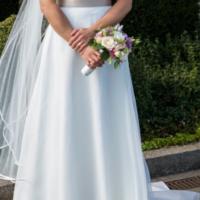 Smuk, lang brudekjole i satin/blonde med slæb og slør