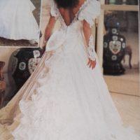 De 2 første billeder er fra katalog, kjolen er råhvid/knækket hvid og palietterne har farve